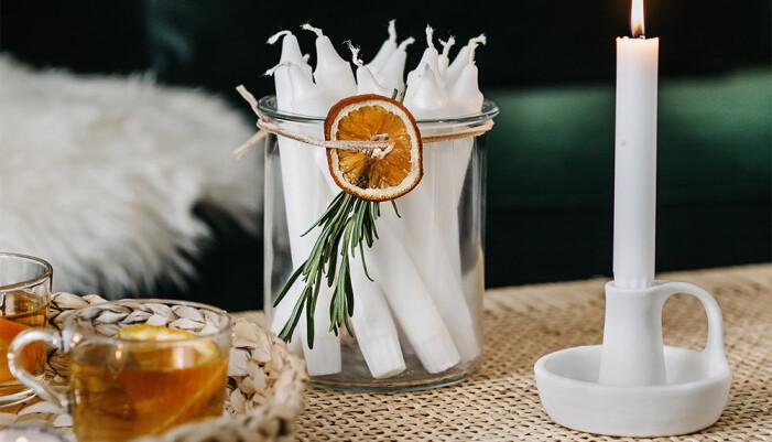 Använd torkade apelsinskivor runt servetten eller burken