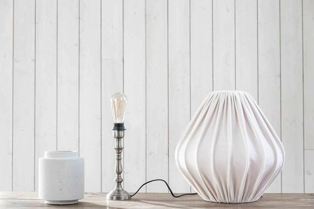 En vas, en lampfot och en lampskärm behövs för att skapa en personlig bordslampa