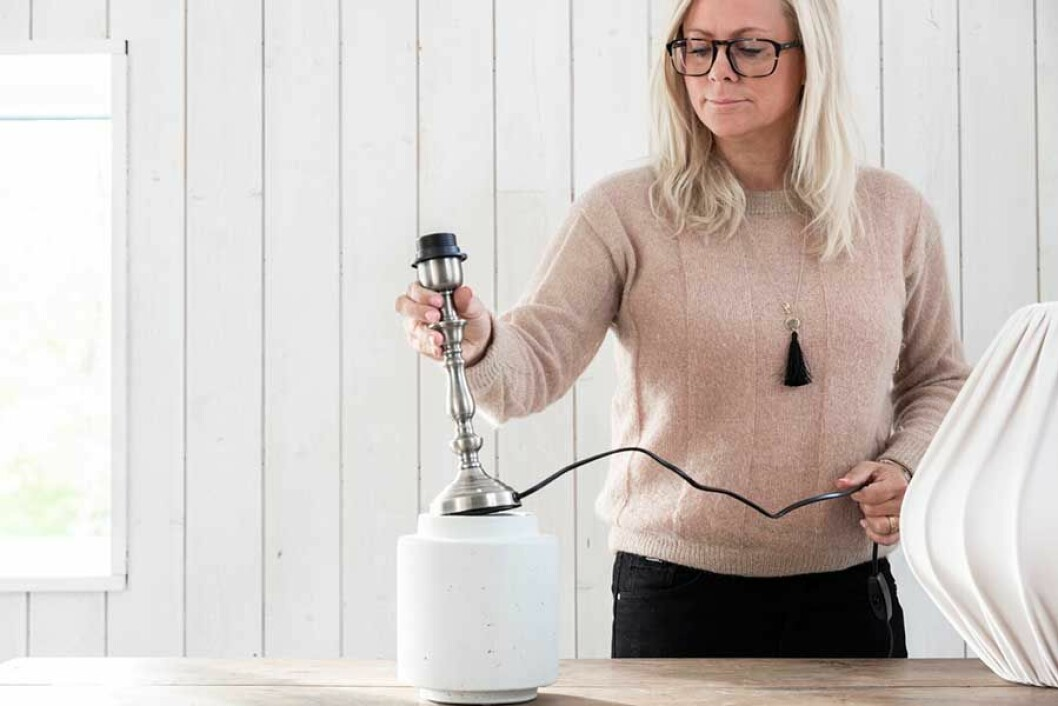 Lampfoten sätts in i vasen