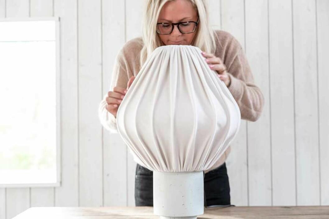 Lampskärmen sätts fast på vasen