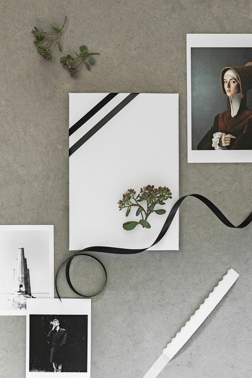 Så dekorerar du julklapparna med växter och vykort