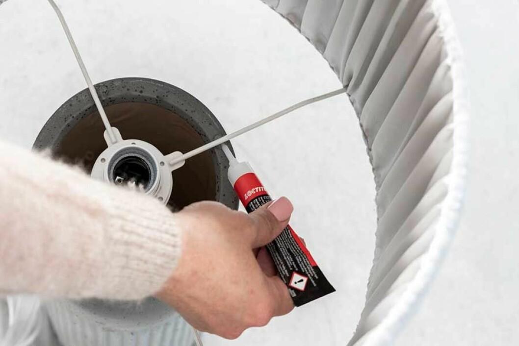 Lampskärmen sätts på vasen och limmas fast