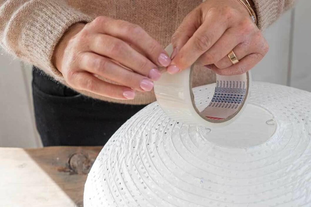 Lampskärmen tejpas på ett litet område på ut- och insida