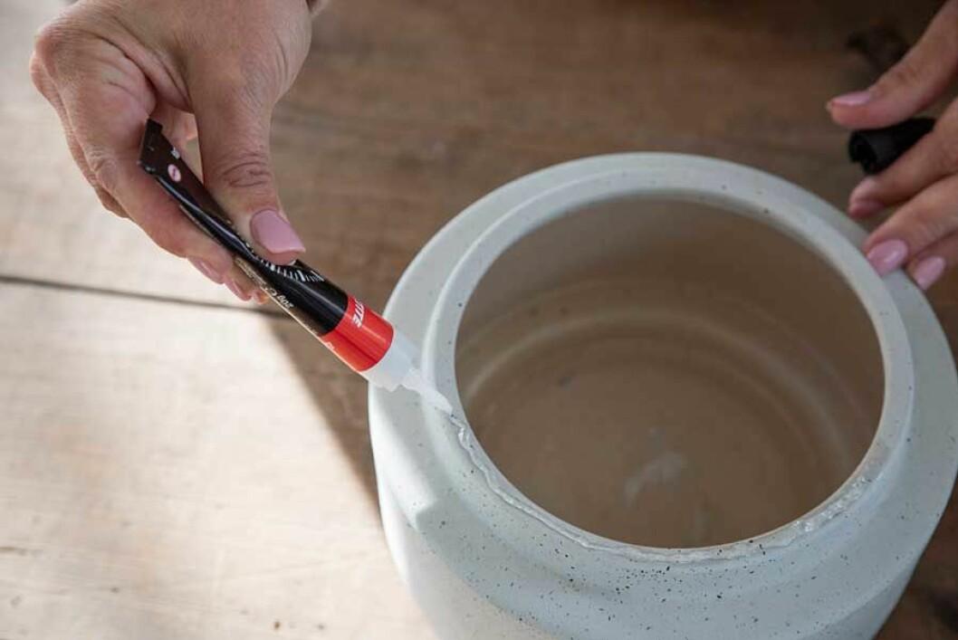 Lampskärmen limmas fast på vasen eller krukan