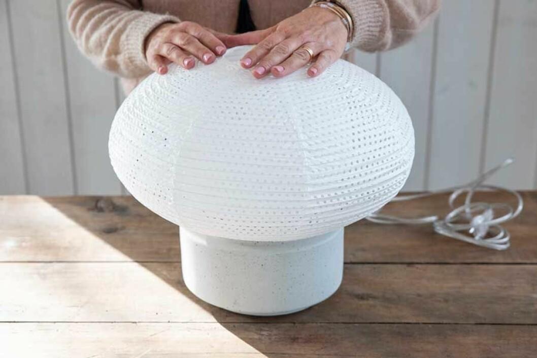 Den trendiga bordslampan med rispapperskärm är klar