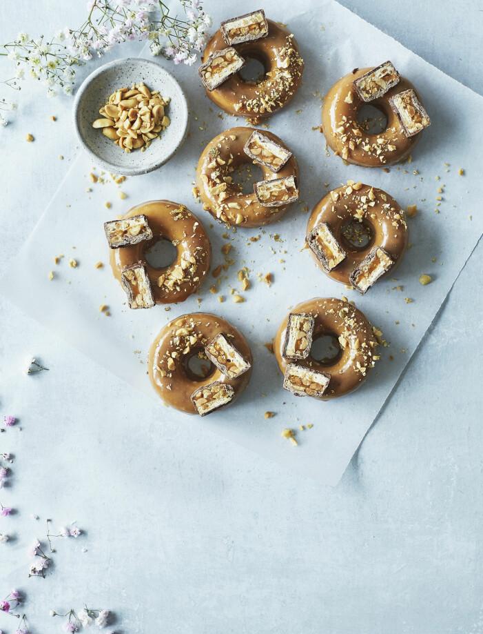 Recept på donuts med karamellglasyr, snickers och salta jordnötter