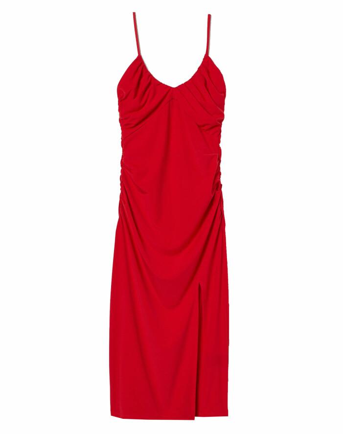 röd draperad klänning