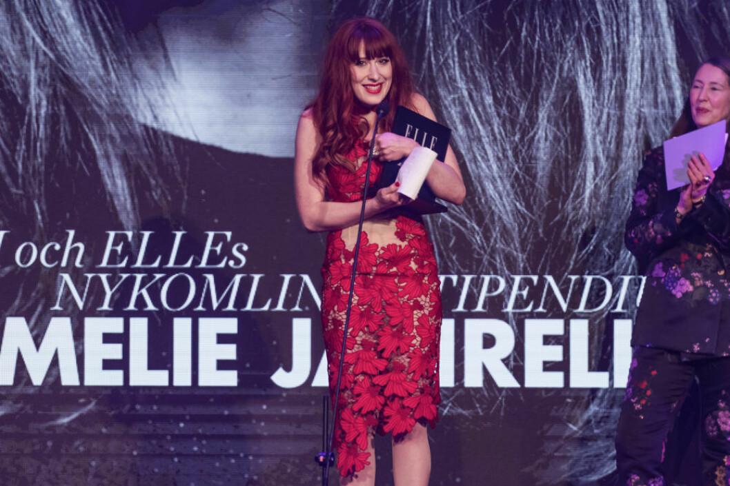 Emelie Janrell fick ta emot H&M och ELLEs nykomlingsstipendium