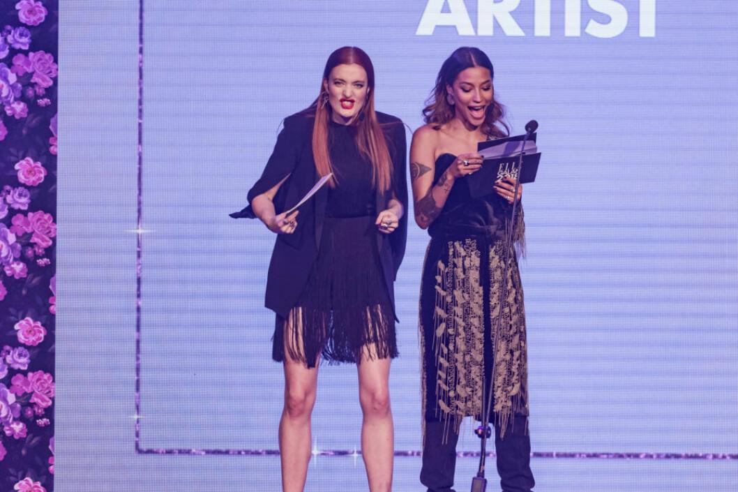 Icona Pop delar ut pris på ELLE-galan.