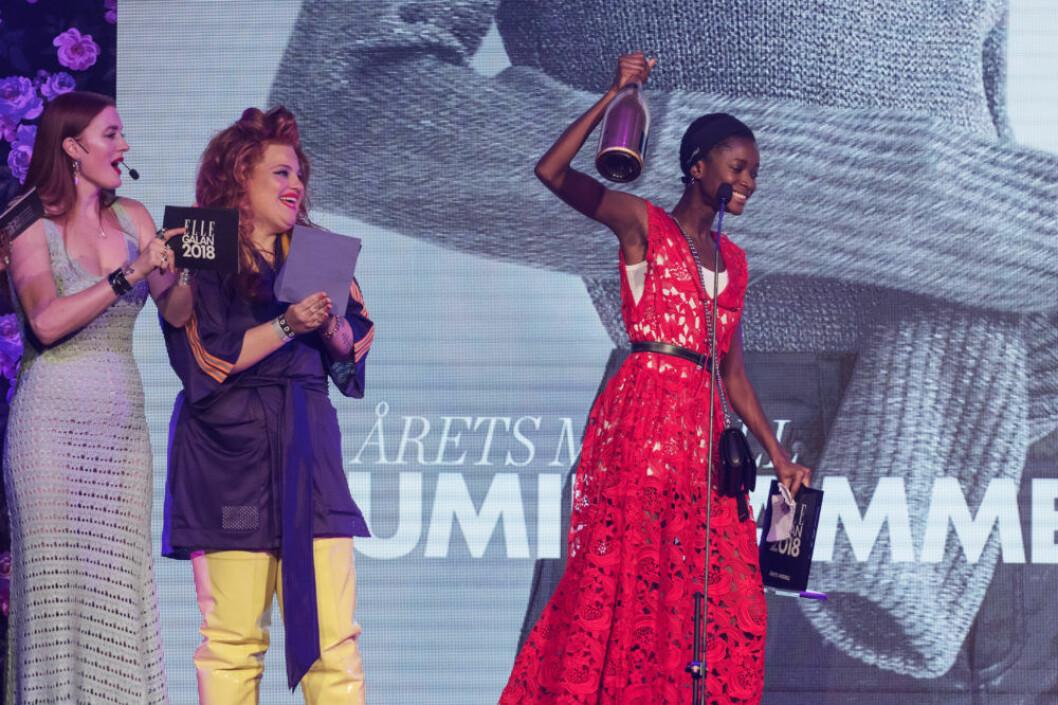"""Oumie Jammeh tog emot priset """"Årets modell"""" på ELLE-galan."""