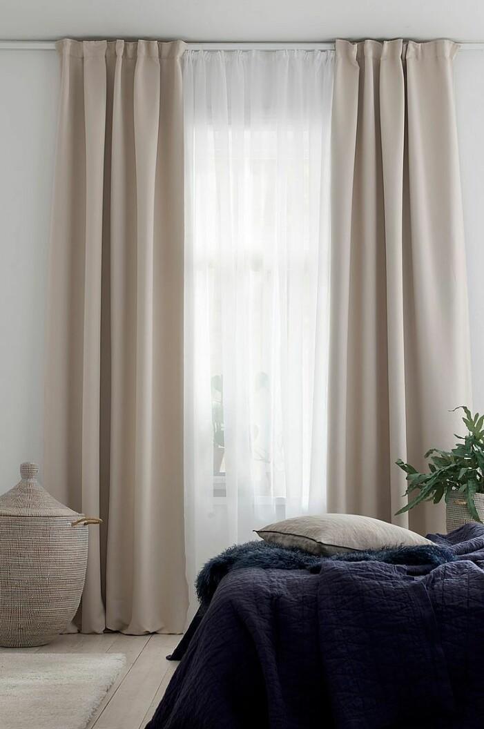 Sovrum med dubbla gardiner