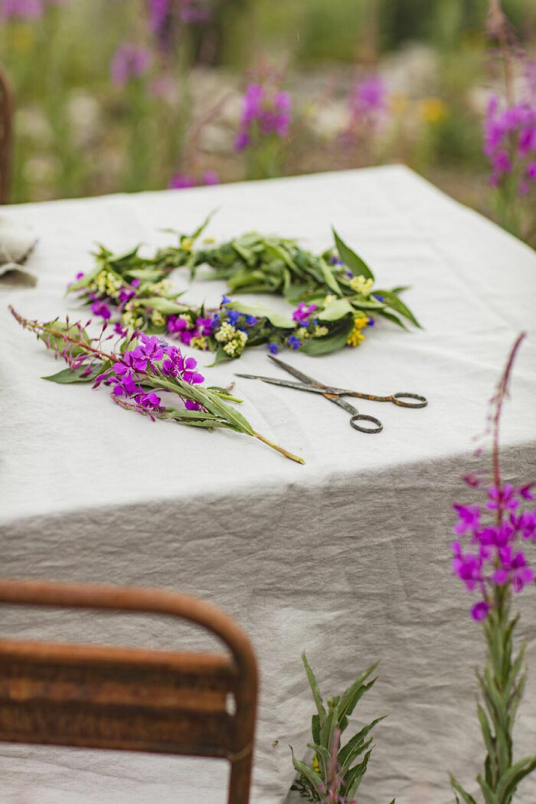 Plocka en massa blommor i förväg och förbered midsommarstången.