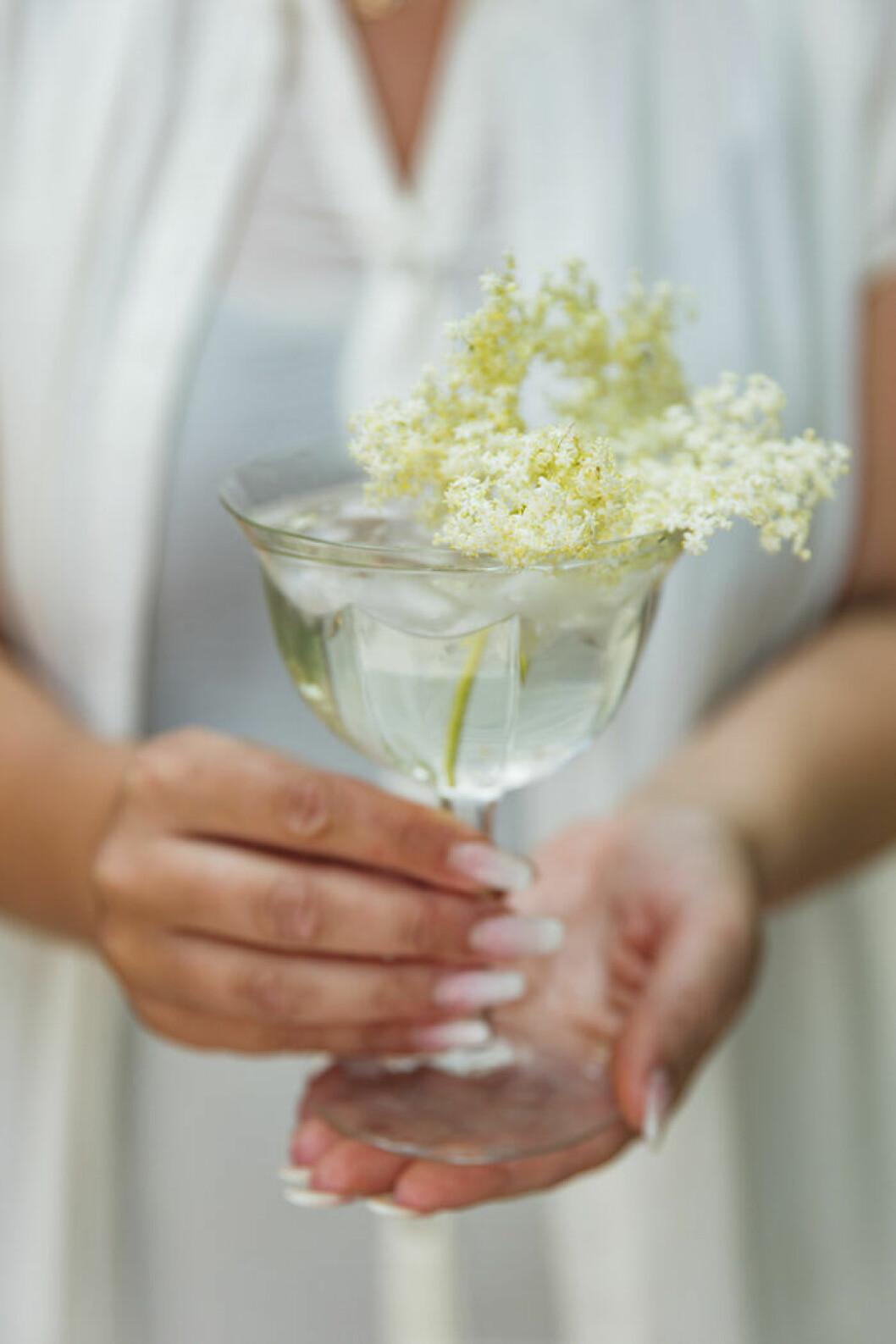 Dekorera drinken med färsk fläderblom.