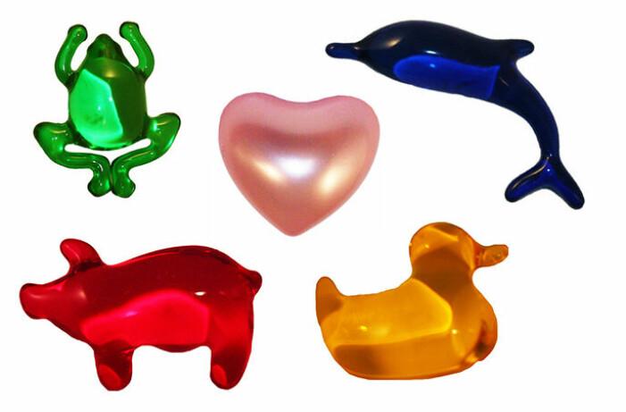 figurer i form av grön groda, blå delfin, rosa hjärta, röd gris och gul anka