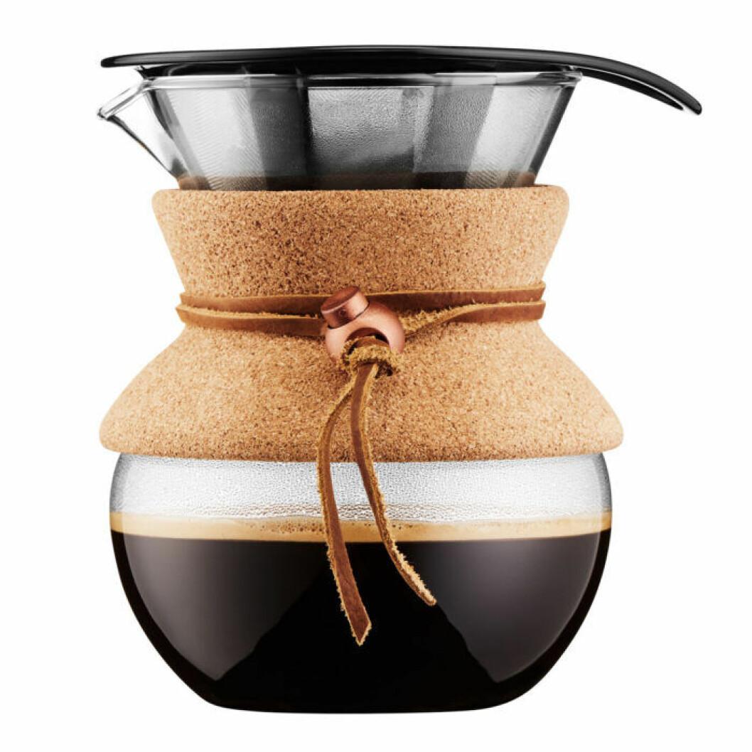 Lilla och snygga kaffebryggaren Pour over med filter i metall signeras Bodum.