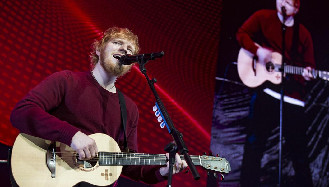 Ed Sheeran spelar på scen
