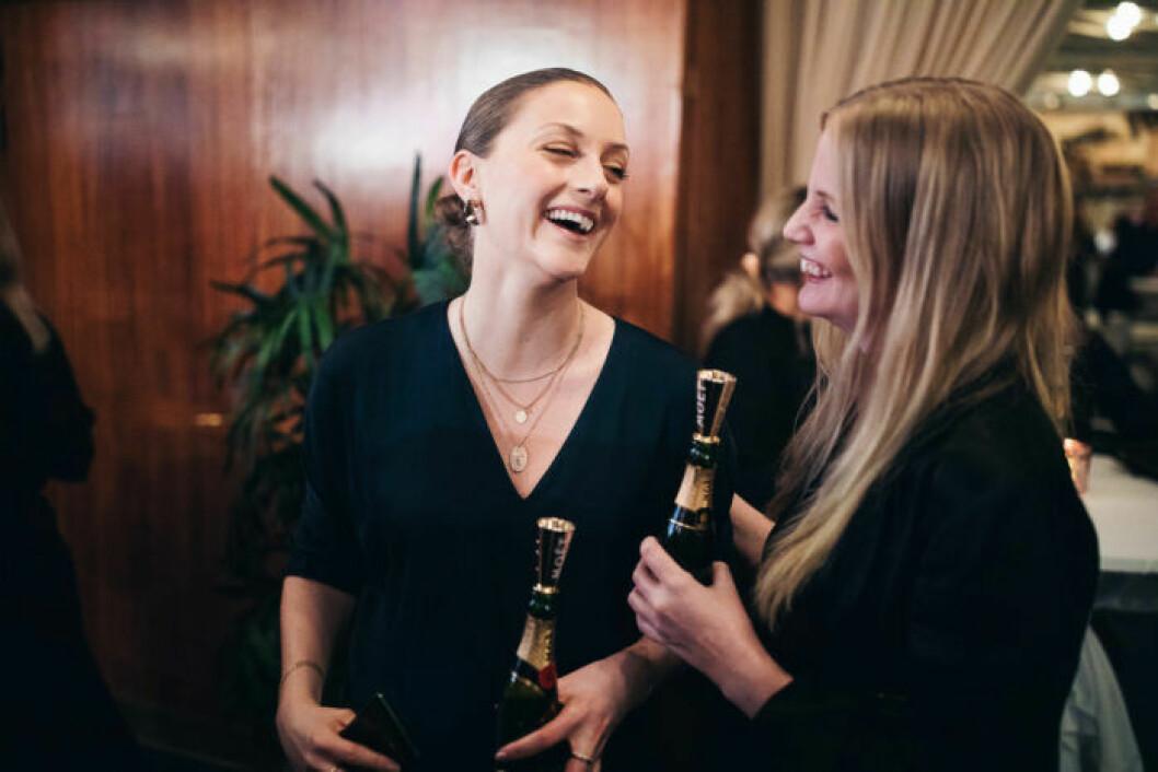 Skrattande gäster på festen på ELLE Decoration Swedish Design Awards 2019