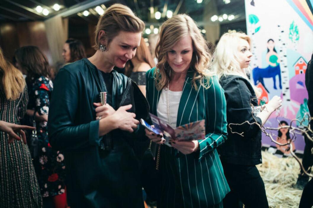 Gäster minglar på festen på ELLE Decoration Swedish Design Awards 2019