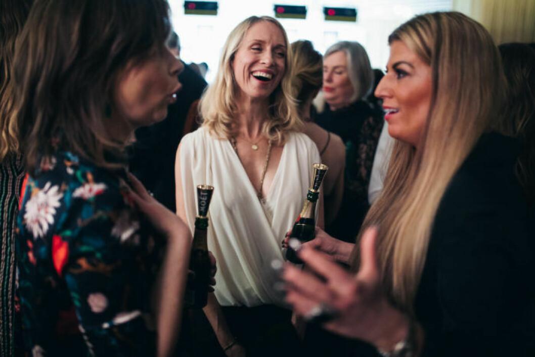 Glada gäster under minglet på festen på ELLE Decoration Swedish Design Awards 2019