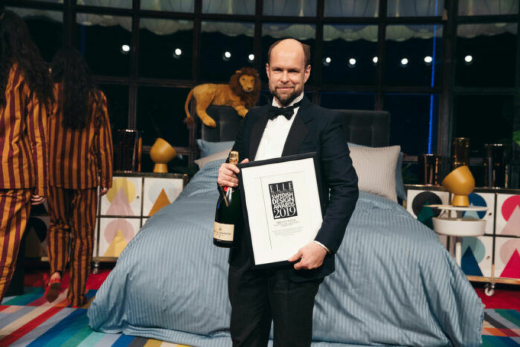 Lars Nilsson tar emot pris för sin kollektion Capri på ELLE Decoration Swedish Design Awards 2019