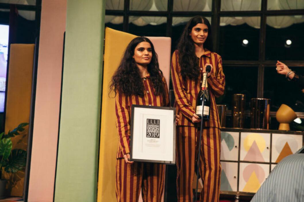 Prisutdelarna är redo att dela ut diplom och champagne i matchande randiga pyjamasar på ELLE Decoration Swedish Design Awards 2019