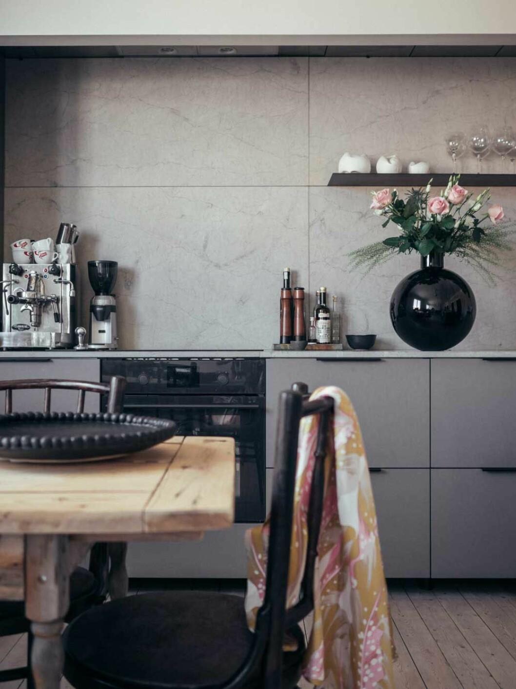 Elin Lannsjös stilrena kök i grått och svart