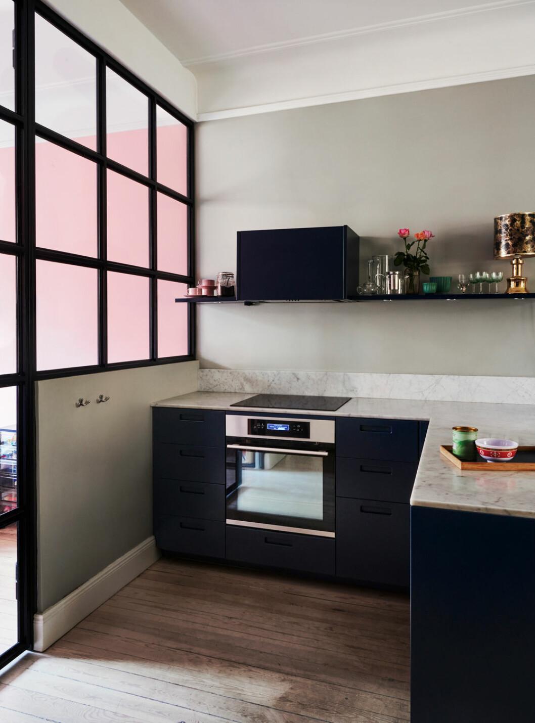Ikeakök med Picky living-luckor hemma hos Elin Ullenius Vasastan