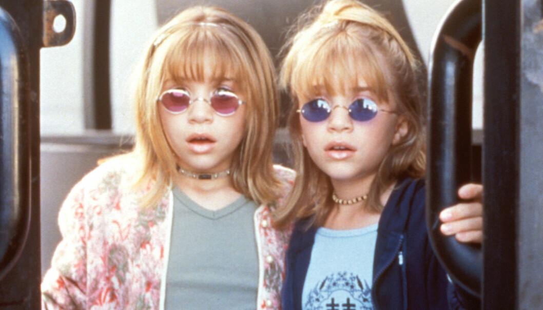 Mary-Kate och Ashly Olsen står på ett tåg som barn