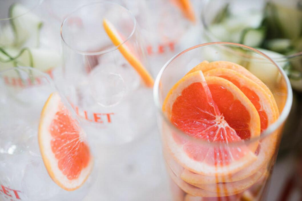 Garnera drinken med gurka, jordgubbar eller en skiva färsk grapefrukt.