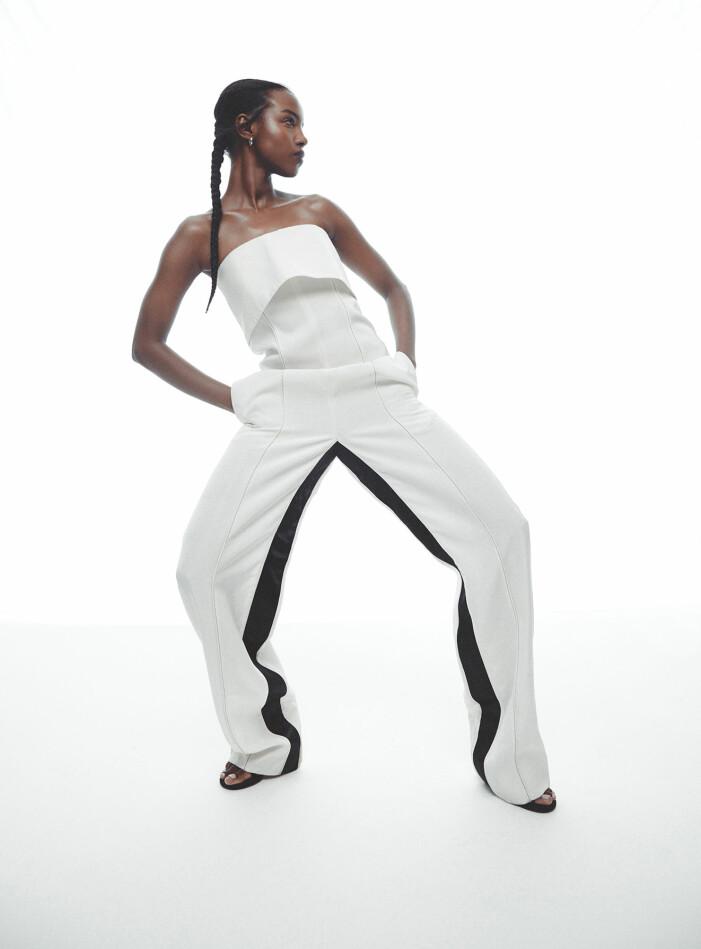 Modellen har på sig jumpsuit från Proenza Schouler, skor från Acne Studios, örhängen från Bottega Veneta.