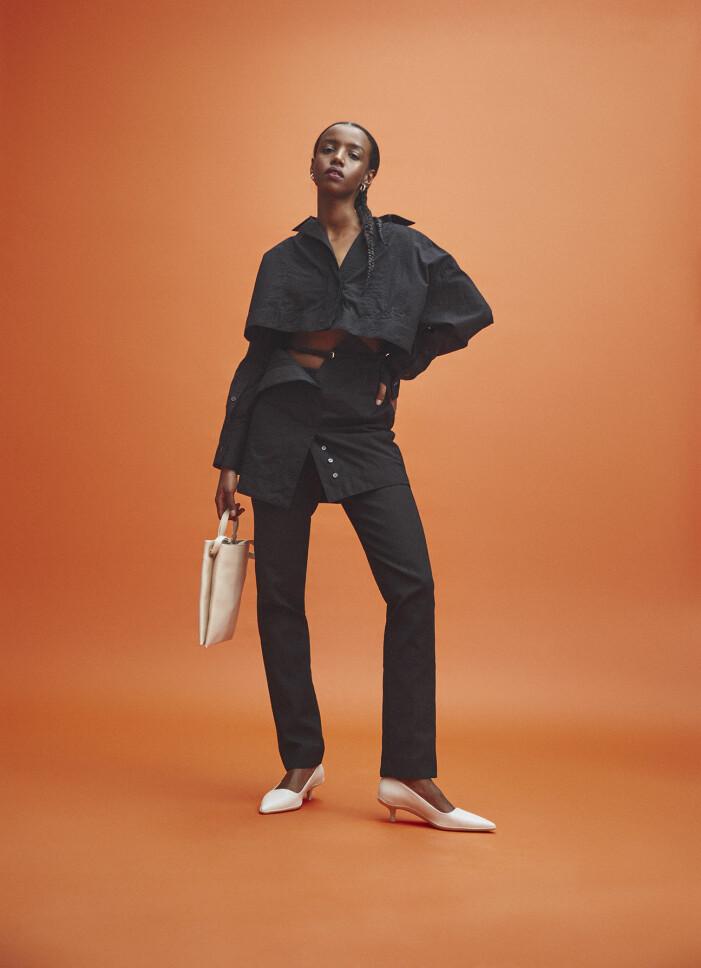 Modellen bär klänning från Jacquemus/Mytheresa, byxor från Bite Studios, skor från Vagabond, väska från COS, örhängen från Bottega Veneta.