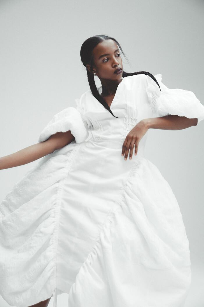 Modellen bär klänning från Loewe, örhängen från Bottega Veneta.