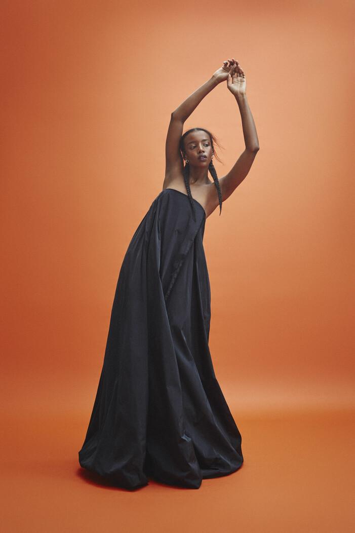 Modellen bär klänning från Acne Studios