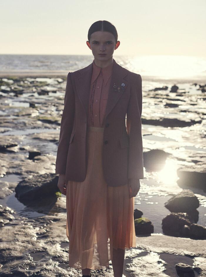 Modellen har på sig kavaj, skjorta, kjol och brocher från Chloé.