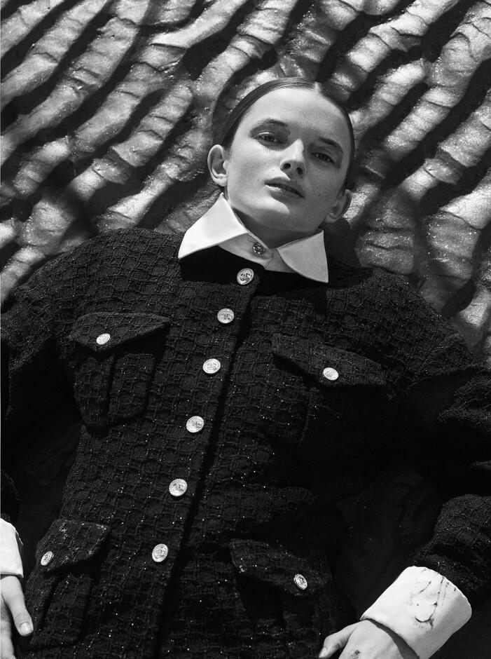Modellen har på sig kavaj från Chanel.