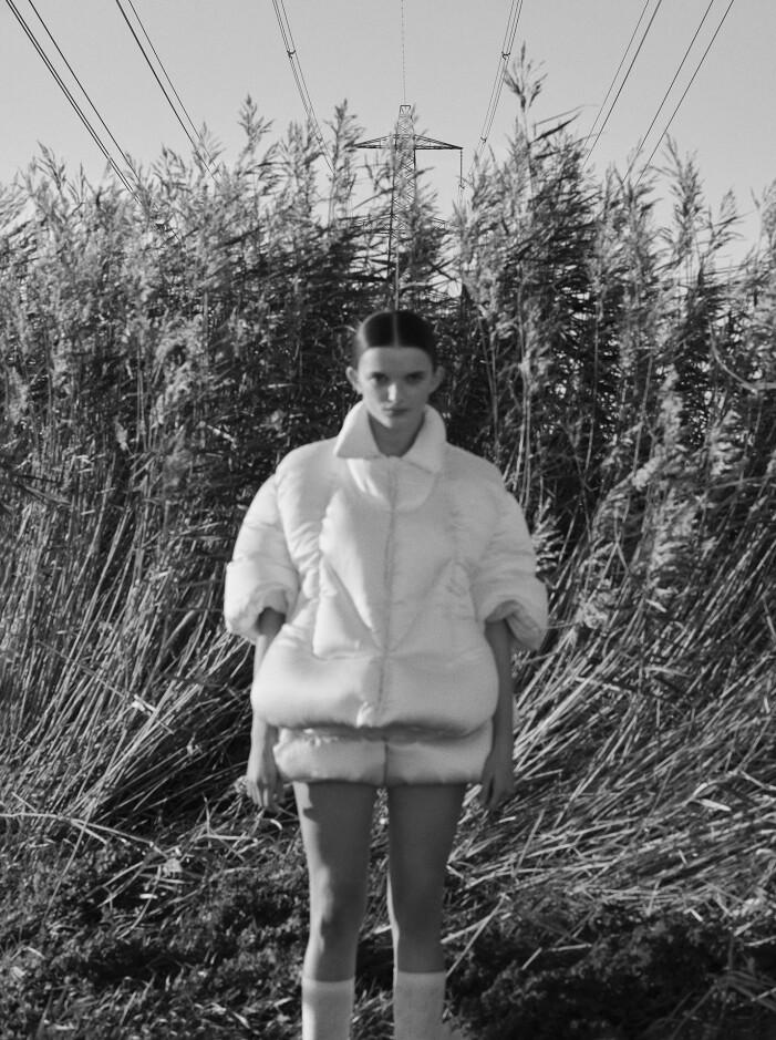 Modellen bär jacka, shorts och strumpor från Fendi.