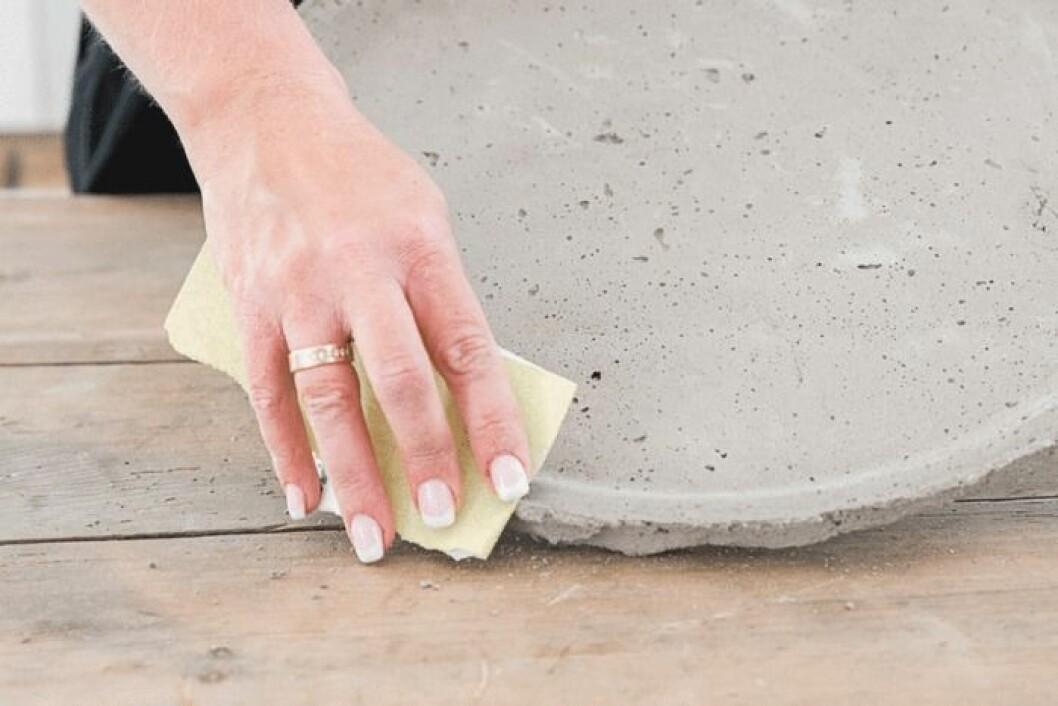 Ta bort överflödig betong.