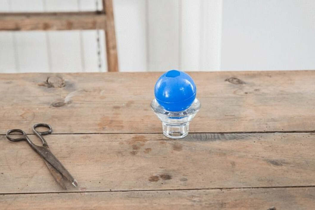 Placera bollen på exempelvis en äggkopp.