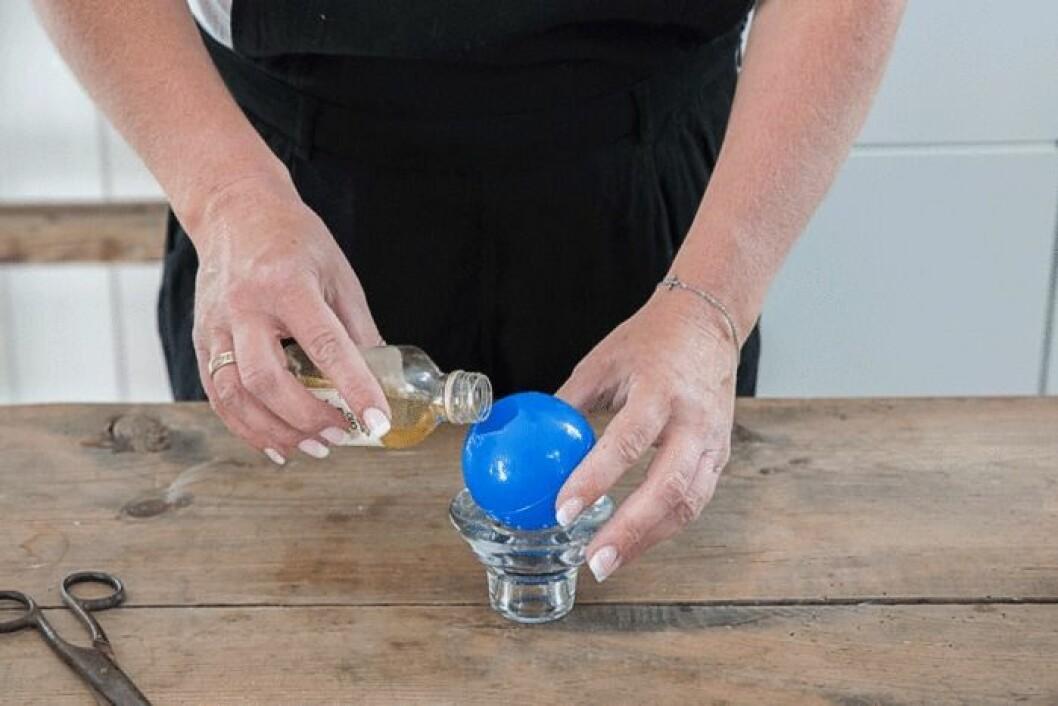 Smörj formen med olja.