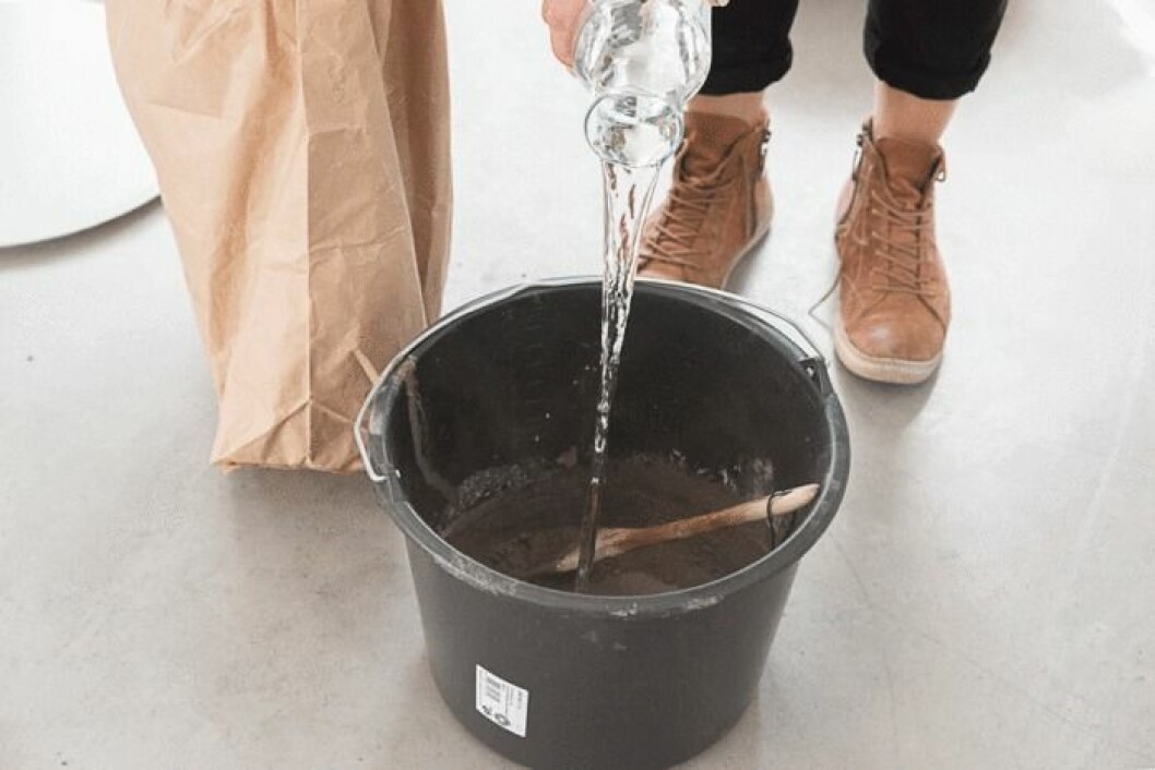 Blanda betongen med vatten.