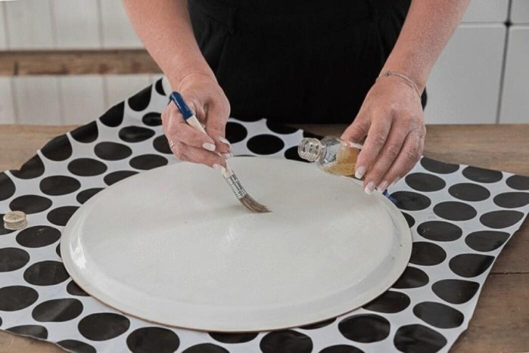 Lägg ett tunt lager av matolja på brickan.