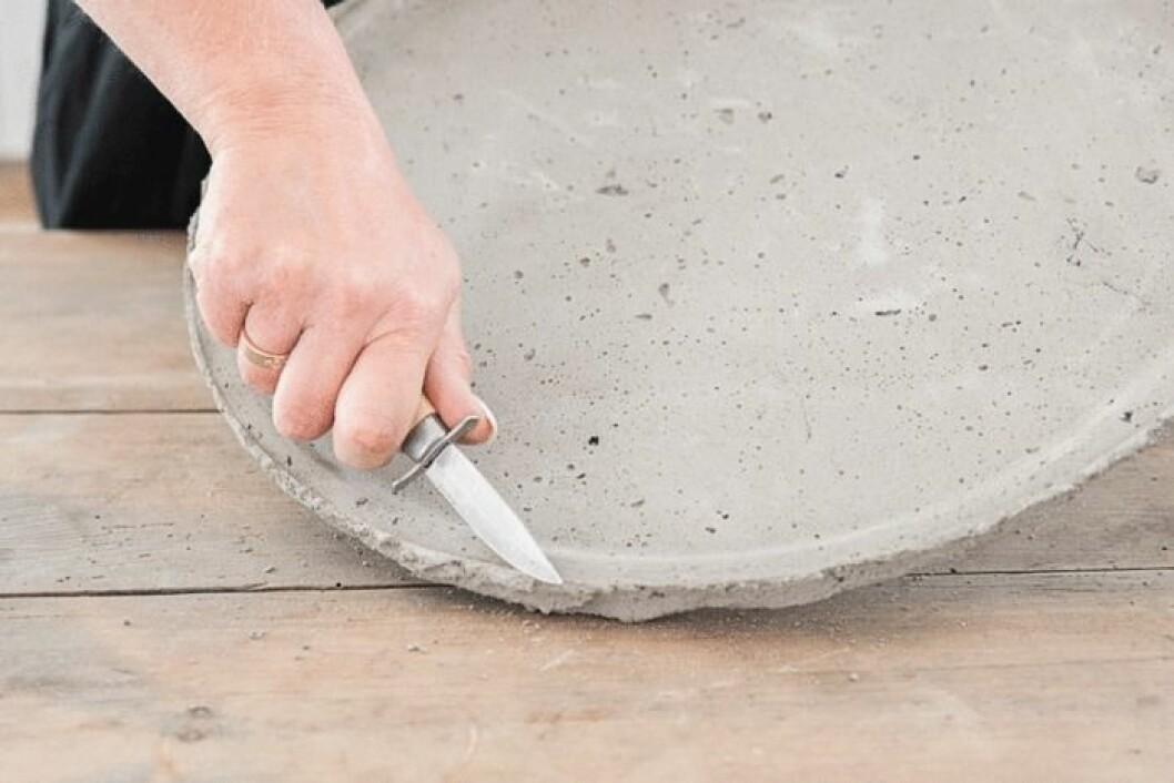 Lossna brickan från betongen.