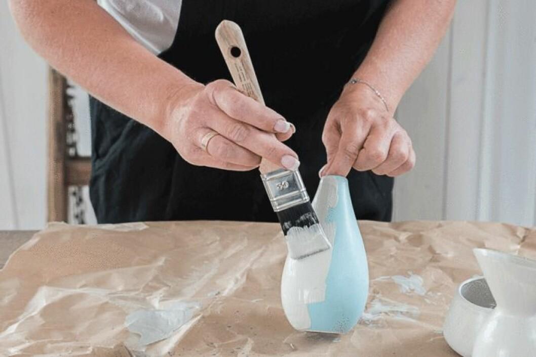 Helena Nord målar på keramik