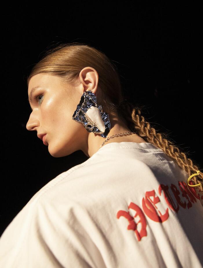 Modellen har på sig T-shirt från Vetements/Mytheresa, örhänge och halsband från Acne Studios.