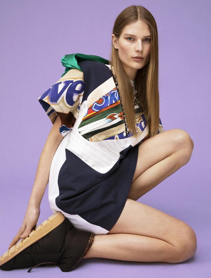 Modellen har på sig klänning och skor från Louis Vuitton.