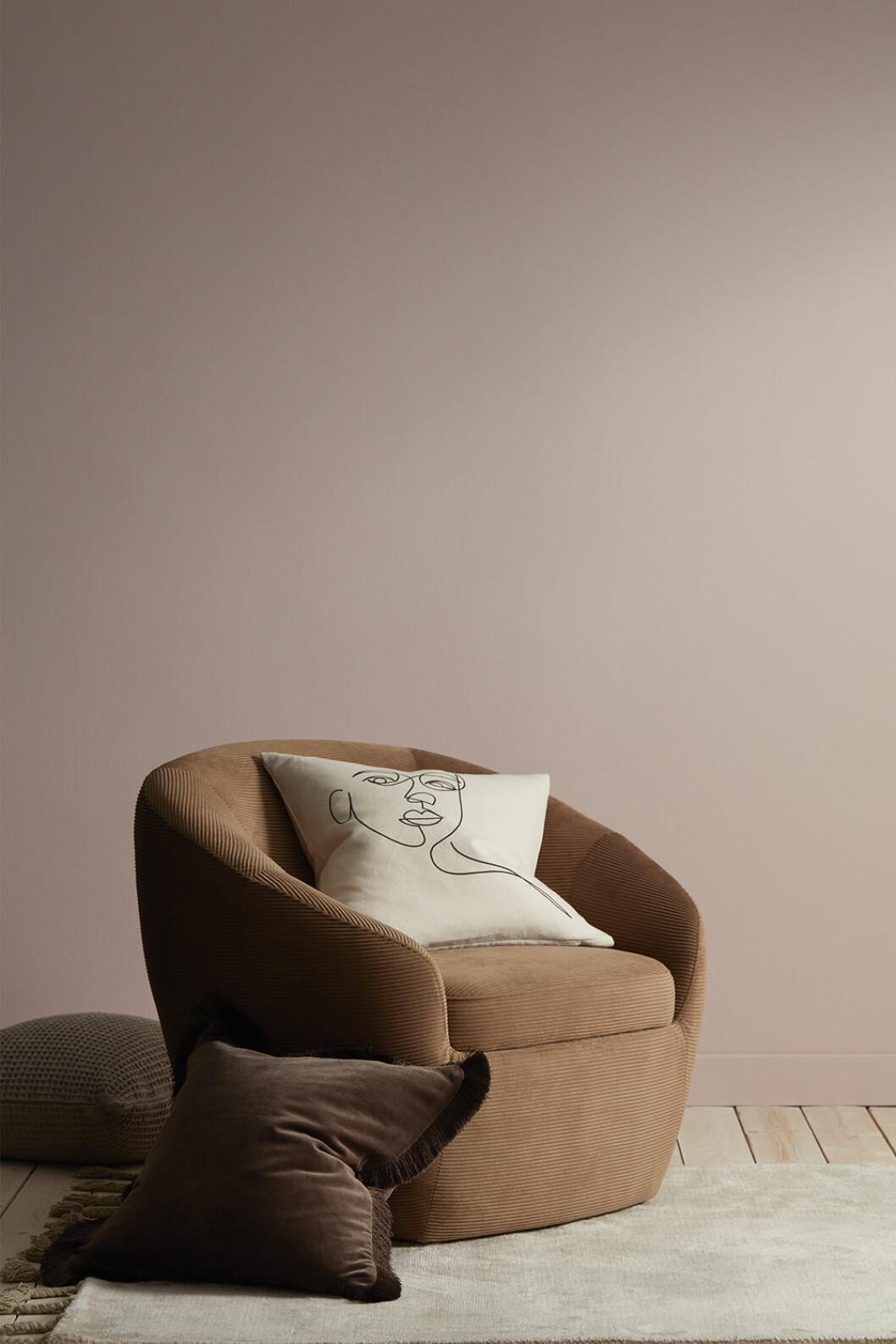 Fåtölj utan ben placerad direkt på golvet från Ellos Home