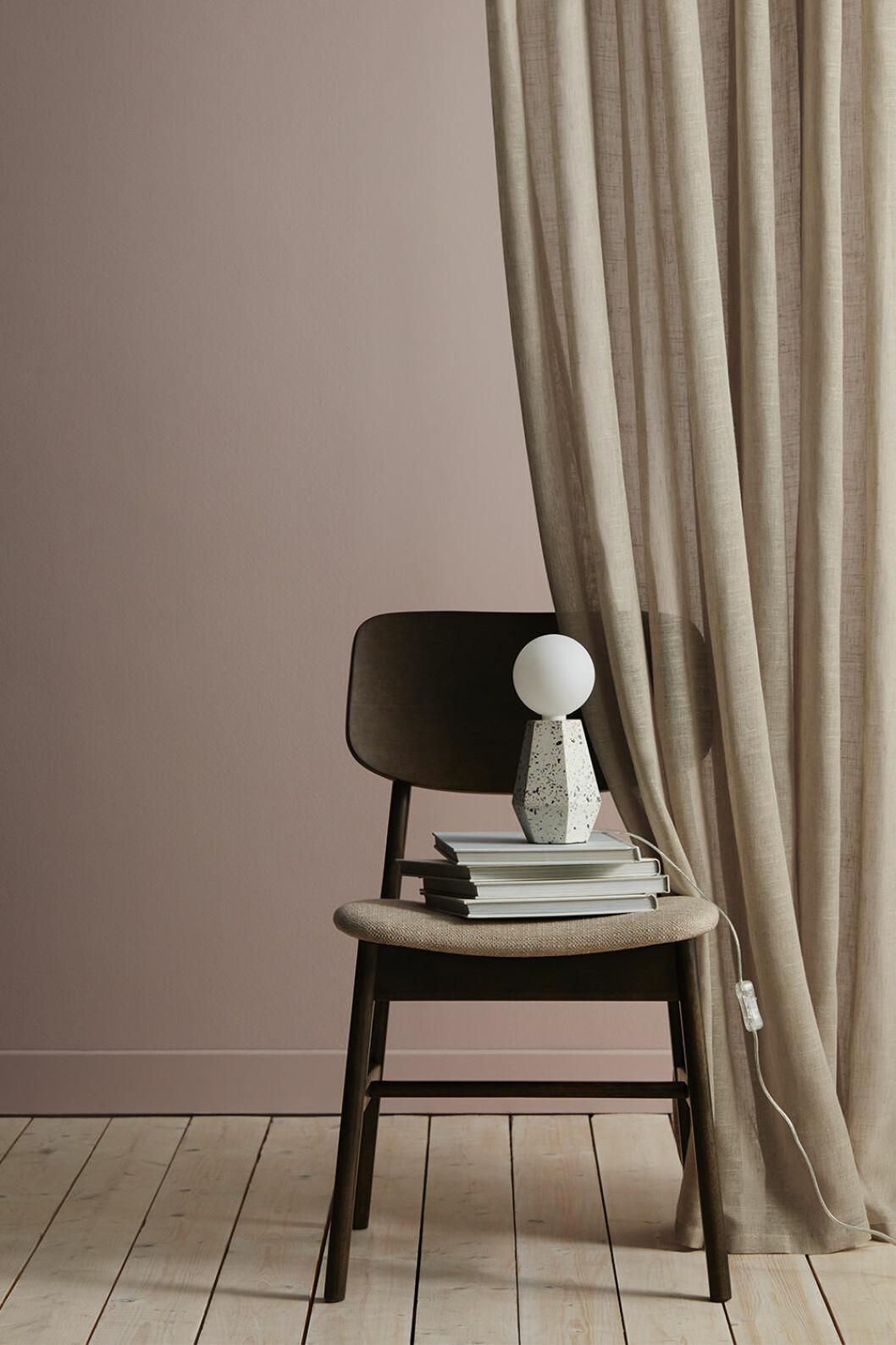 Stol och lampa från Ellos Home vårkollektion 2020