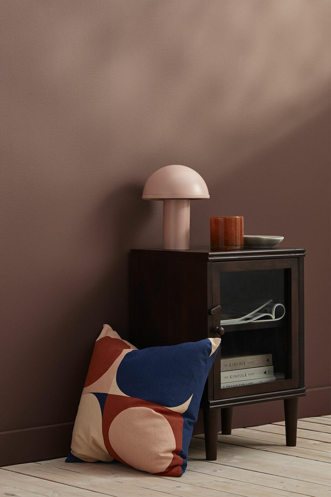 Rosa bordslampa och kudde i rosa, rött och blått från Ellos Home.