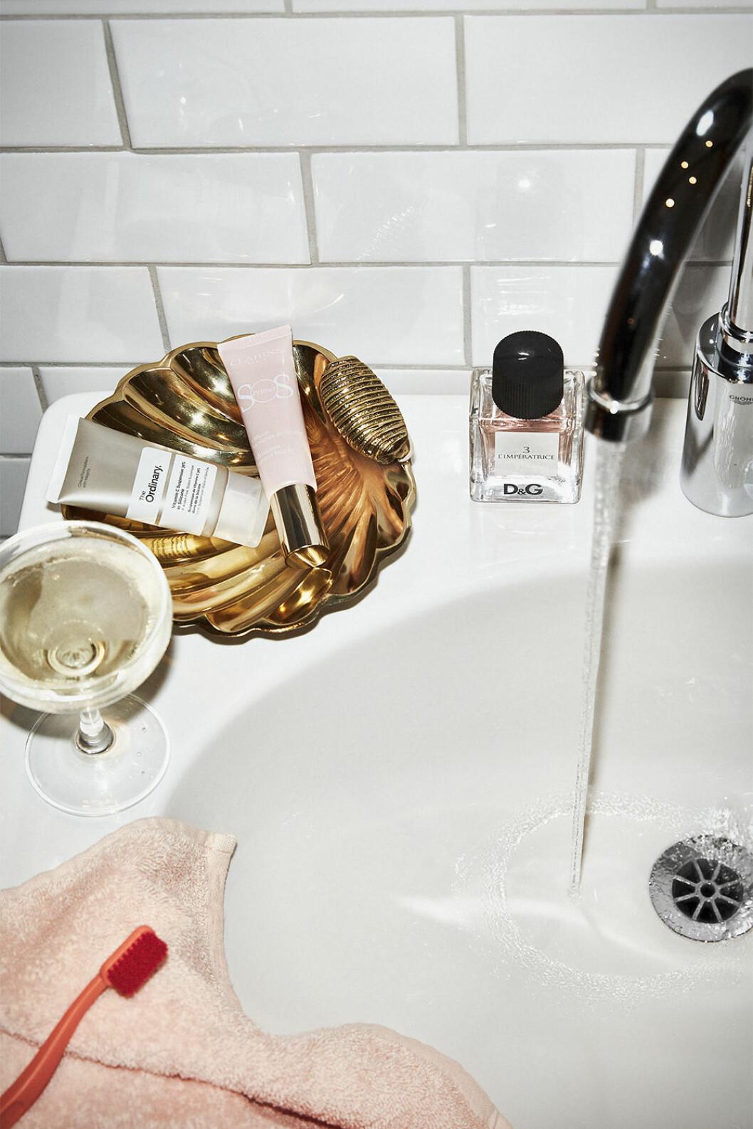 detaljer i guld ger lyxkänsla i badrummet