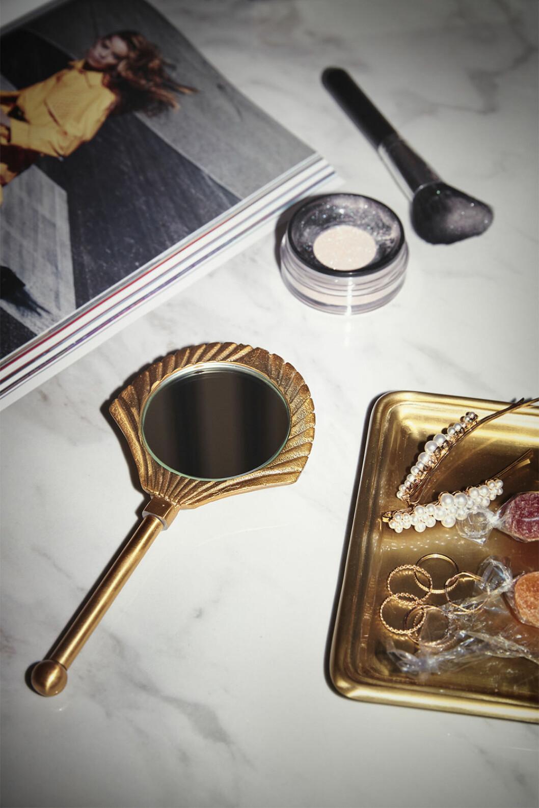 snäckformad spegel i guld från ellos home